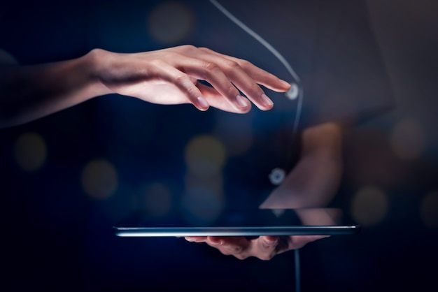 Tome su icono de publicidad o logotipo, mano de mujer de negocios que sostiene la tableta digital con proteger la parte superior, concepto de tecnología moderna.