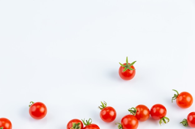 Tometo es el material principal para hacer salsa de tomate en la pared blanca.