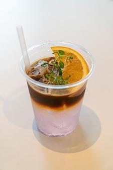 Tónico de café espresso con naranja yuzu en cafetería restaurante
