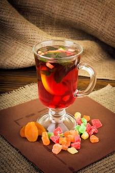 Tonificación de té de jengibre con limón y menta.