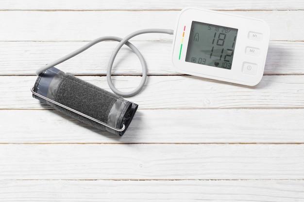 Tonómetro moderno sobre superficie de madera blanca