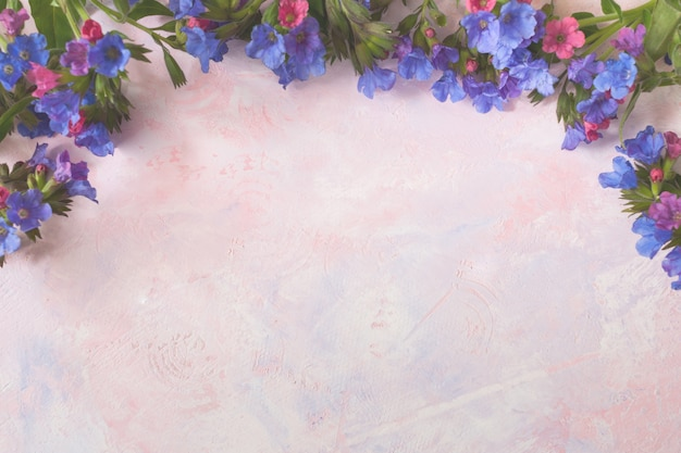 Tonos blancos de colores de moda pintados de color rosa-lila con textura de fondo salvaje pulmonar boscoso en la parte superior.