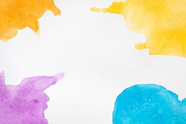 Tonos de colores cálidos y fríos, manchas pintadas a mano.