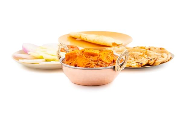Toofani paneer de deliciosa cocina picante india servido con roti tandoori