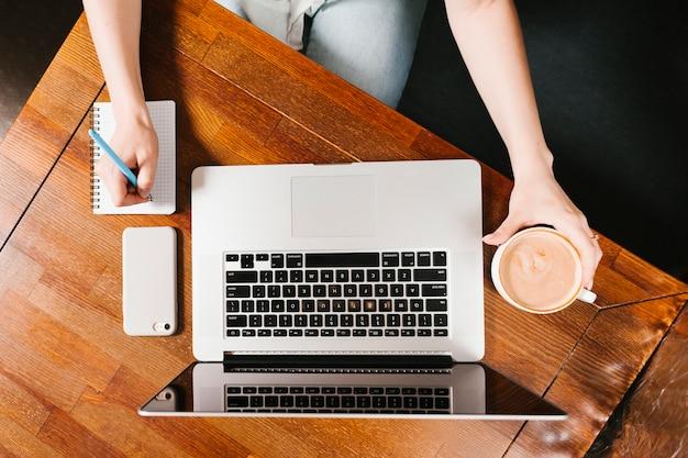 Topview espacio de trabajo con laptop y café.