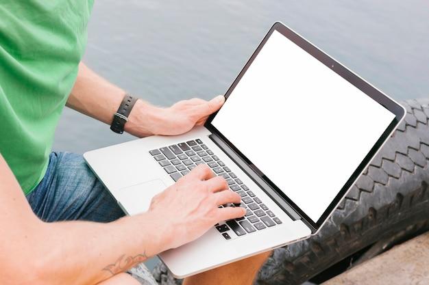 Topview hombre trabajando en maqueta portátil