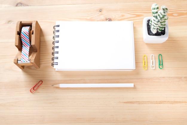 Topview de la materia de la oficina en la mesa de trabajo de madera.