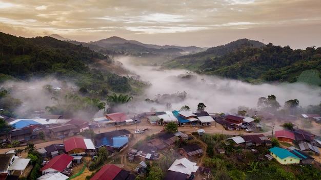 Topview pueblo del norte de tailandia en la niebla