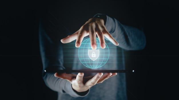 Toque de la mano del hombre en la pantalla virtual icono de candado protección de datos privacidad de la información ciberseguridad