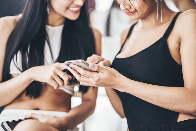 Toque de mujer y chateando con teléfono inteligente