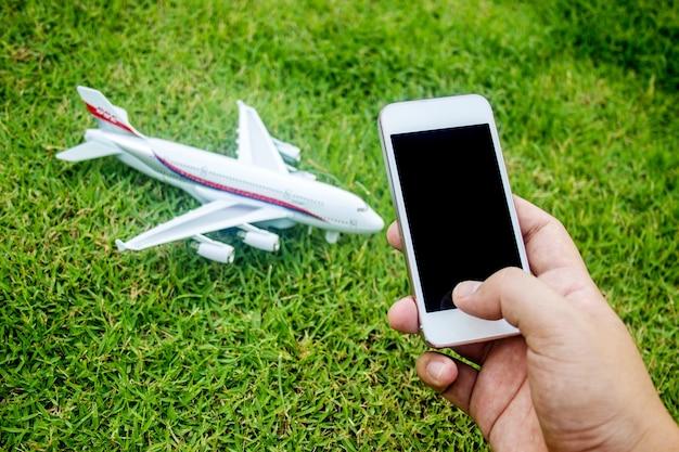 Toque en la pantalla del teléfono móvil para reservar o controlar el avión