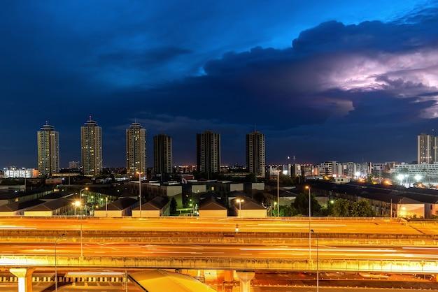 Tormenta en una ciudad con luz púrpura en la noche