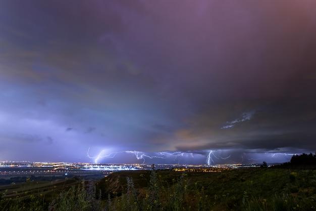 Tormenta eléctrica descargando rayos en la ciudad