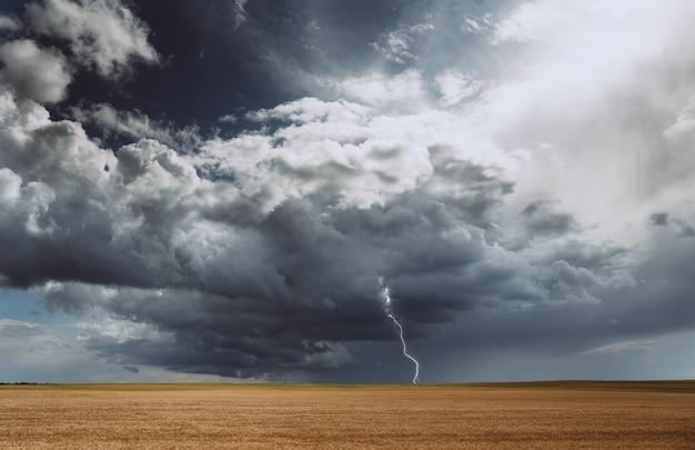 Tormenta eléctrica huracán nubes campo cultivos agrícolas trigo