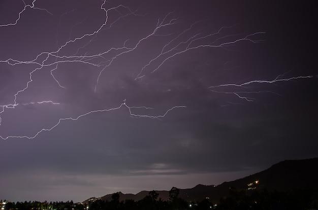 Tormenta eléctrica con rayos en la isla tailandesa