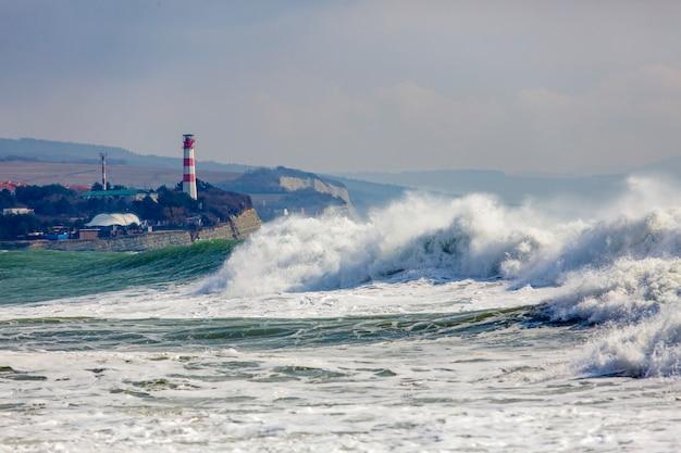 Tormenta fuerte y peligrosa en el mar negro. ola de tormenta hermosa y grande en la bahía de gelendzhik en el fondo