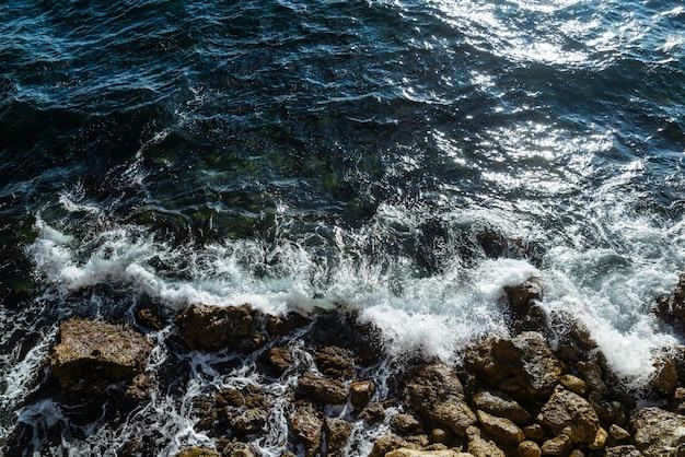 Tormenta en el mar, espuma y olas, vista superior