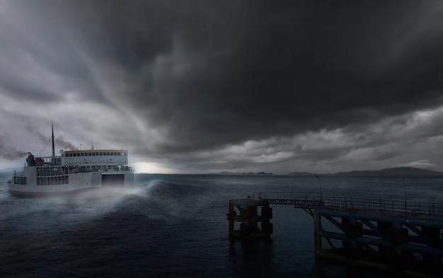 Tormenta del mar tormenta tropical pabuk.