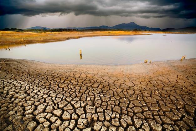 Tormenta de truenos cielo lluvia nubes tierra seca agrietada sin agua