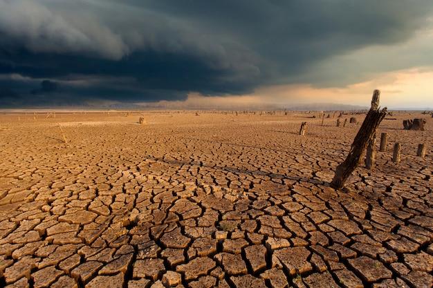 Tormenta de truenos cielo lluvia nubes tierra seca agrietada