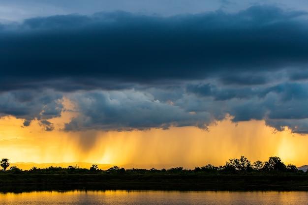 Tormenta de truenos cielo nubes de lluvia