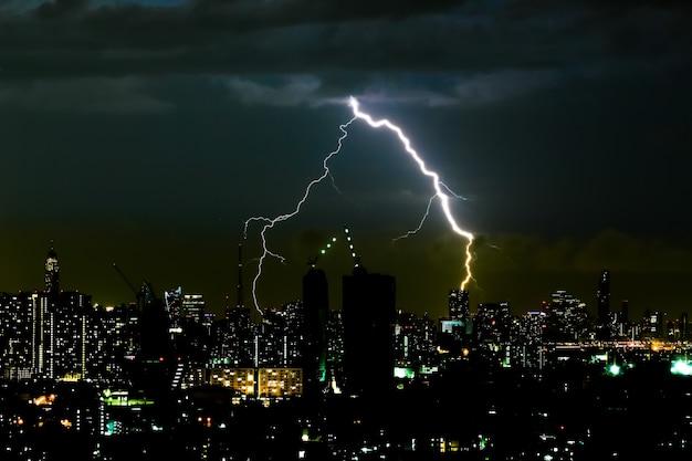 Tormenta de truenos en la noche en la ciudad