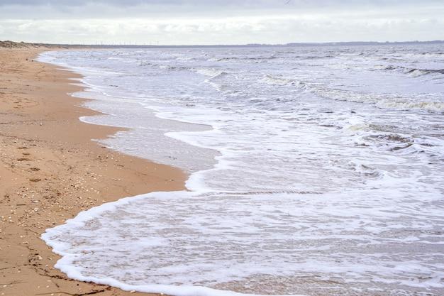 Tormentoso día en la playa nublada de angelholm, suecia.