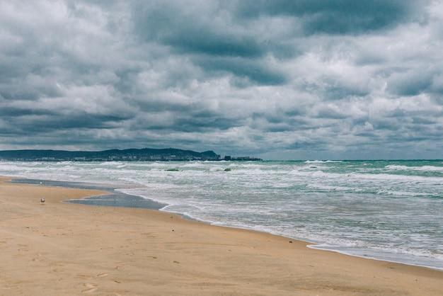 Tormentoso mar negro durante el día