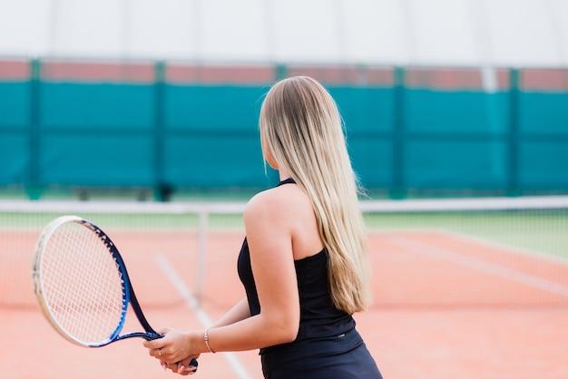 Torneo de tenis. jugadora en la cancha de tenis de tierra batida
