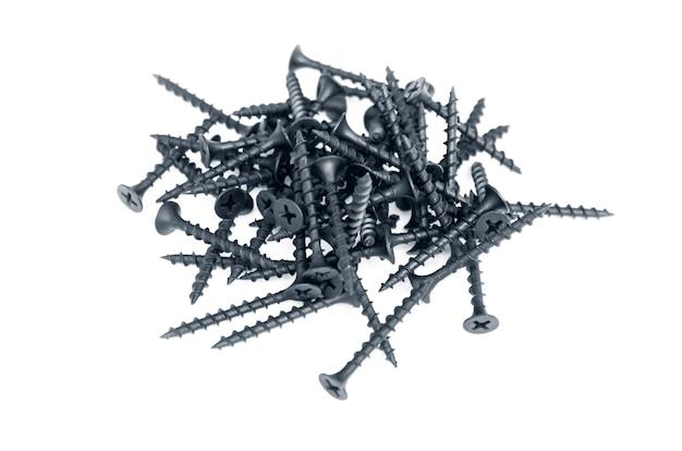 Tornillos de acero negro para madera aislado en blanco