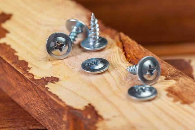 Tornillos en una mesa de madera