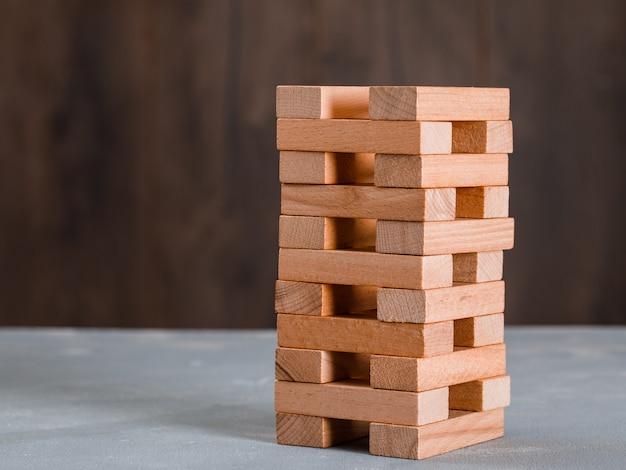 Torre de bloques de madera en mesa de madera y yeso