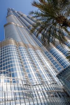 Torre burj khalifa desapareciendo en el cielo azul en dubai