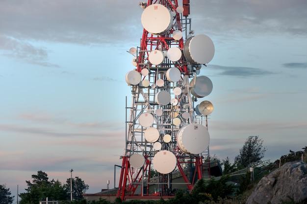 Torre de comunicación en la cima de la montaña jaizkibel junto a la costa vasca, país vasco.