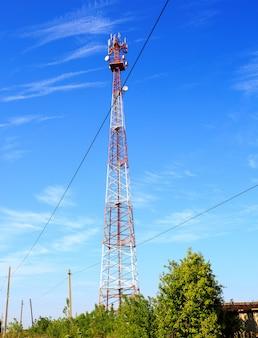 Torre de comunicación roja y blanca con hermoso cielo despejado