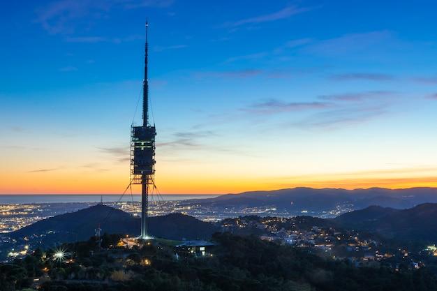 Torre de comunicaciones en la montaña.