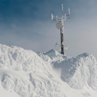 Torre de comunicación en una montaña cubierta de nieve, whistler, columbia británica, canadá