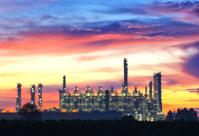Torre de la refinería de petróleo en el crepúsculo amanecer