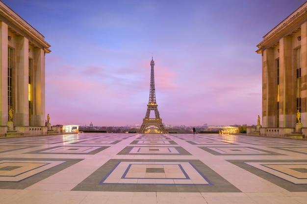 Torre eiffel al amanecer desde las fuentes del trocadero en parís, francia