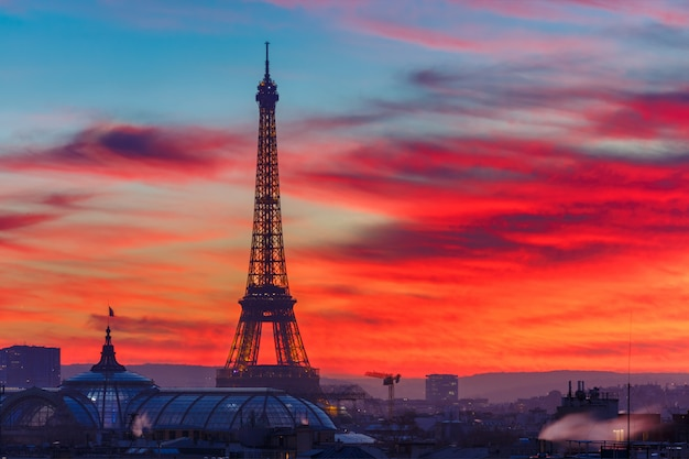 Torre eiffel al atardecer en parís, francia