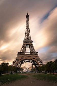 Torre eiffel en el centro de la ciudad de parís