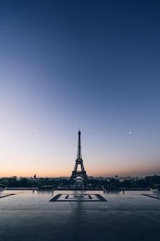 La torre eiffel en el champ de mars en parís, francia