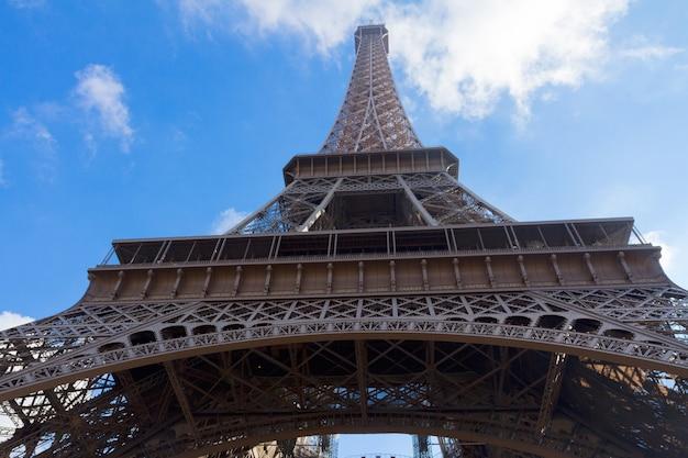Torre eiffel en día soleado de cerca, parís, francia
