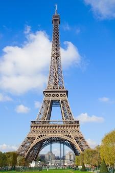 Torre eiffel en día soleado en parís, francia