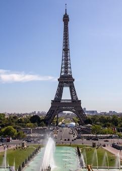 La torre eiffel es una torre de celosía de hierro forjado en el champ de mars en parís, francia