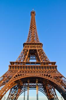 Torre eiffel de hierro en la luz del atardecer, parís, francia