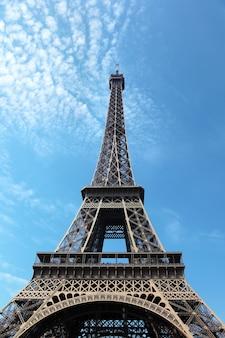 Torre eiffel con nubes
