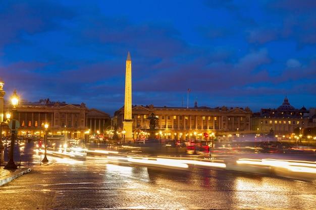 Torre eiffel y el obelisco de la place de la concorde en la noche, parís, francia