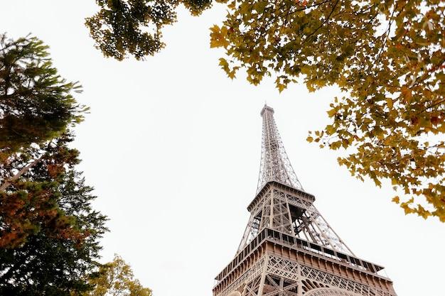 Torre eiffel en otoño. viaje a francia durante las vacaciones.