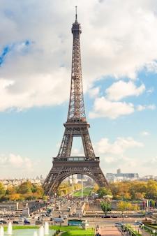 Torre eiffel y paisaje urbano de parís en día de otoño, francia